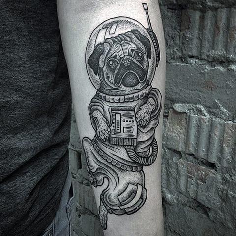 Татуировка мопс на руке