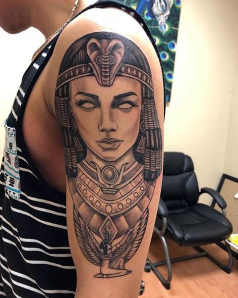 Тату Клеопатра на плече у мужчины