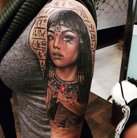 Тату Клеопатра на плече у девушки