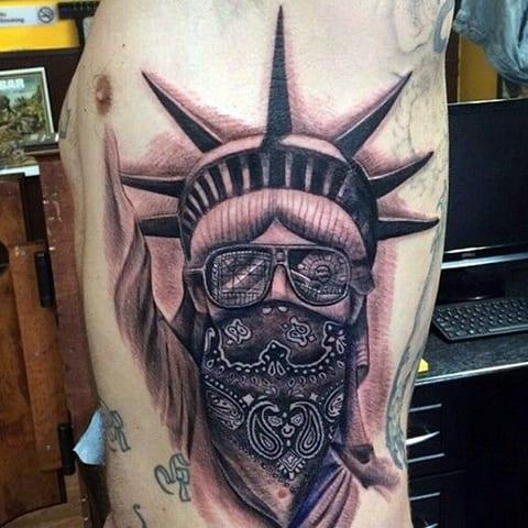 Татуировка Статуя Свободы с маской на лице