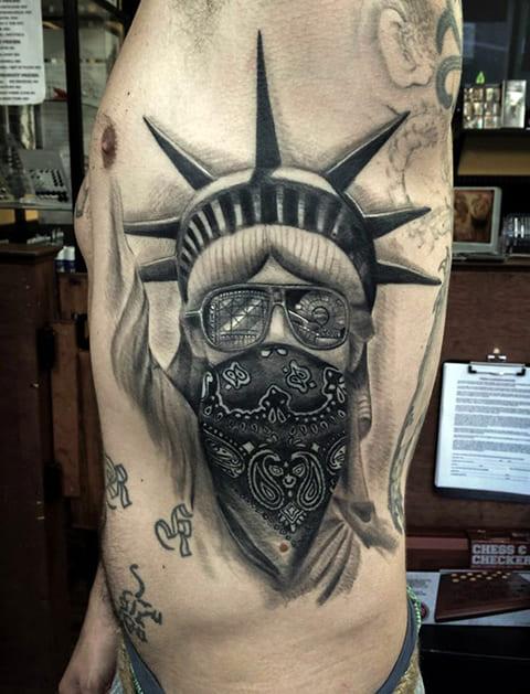 Тату Статуя Свободы с маской на лице