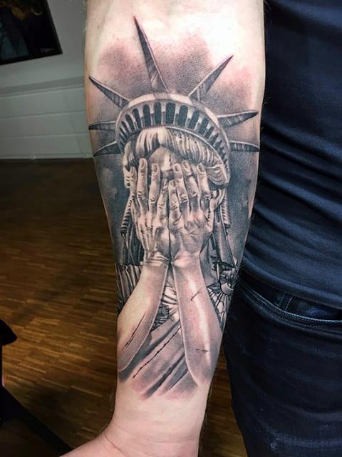 Татуировка Статуя Свободы с закрытыми глазами