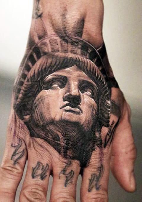 Тату Статуя Свободы на кисти