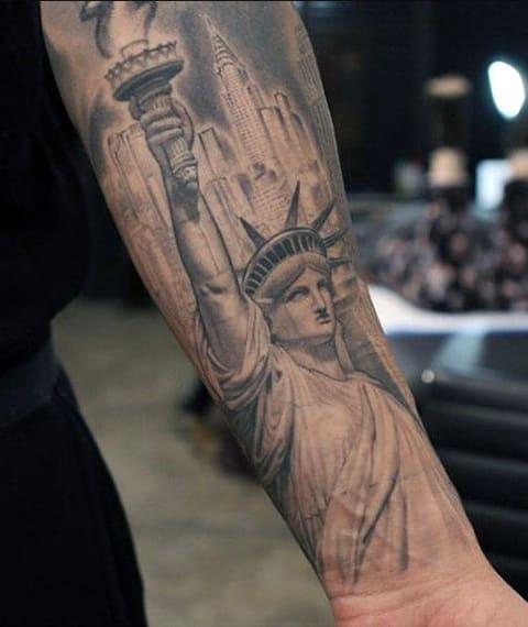Тату Статуя Свободы на предплечье
