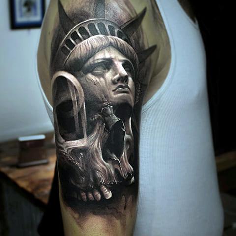 Тату Статуя Свободы на плече