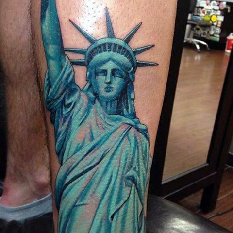 Тату Статуя Свободы на руке