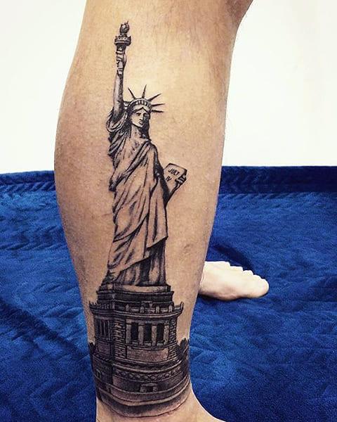 Тату Статуя Свободы на ноге
