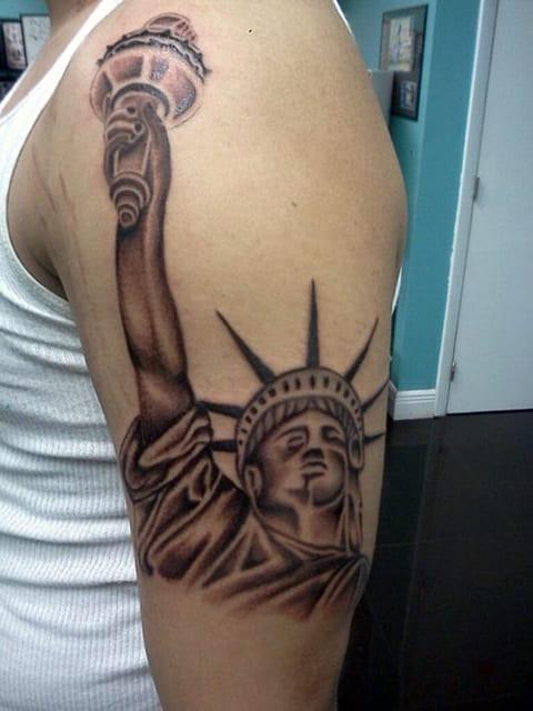 Татуировка Статуя Свободы на плече