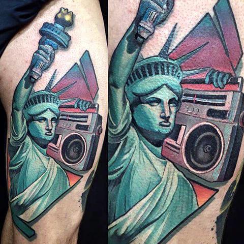 Тату Статуя Свободы с магнитофоном