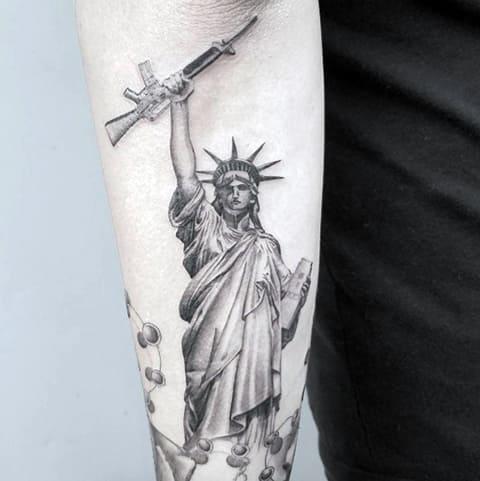 Тату Статуя Свободы с автоматом в руке