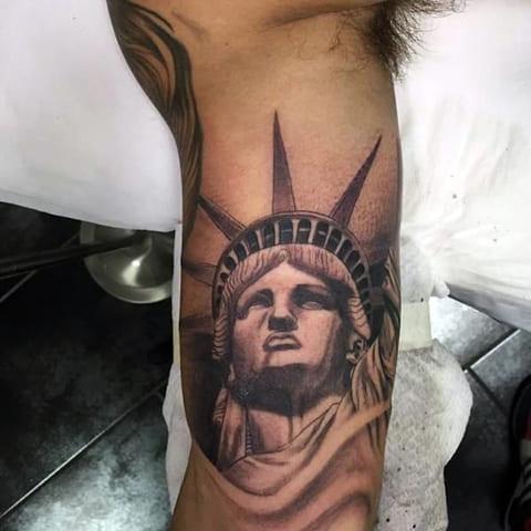 Татуировка Статуя Свободы на руке