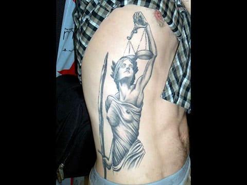Татуировка Фемида на боку - фото