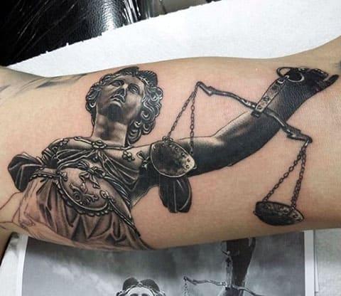 Татуировка Фемида на руке