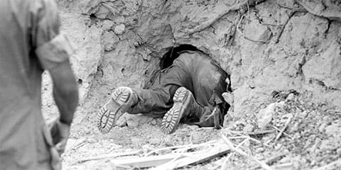 Тоннельная крыса залезает во Вьетнамский тоннель