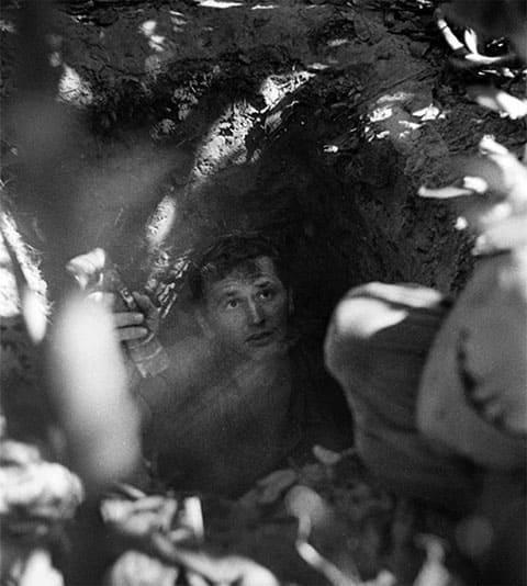 Тоннельная крыса вылезает из Вьетнамского тоннеля