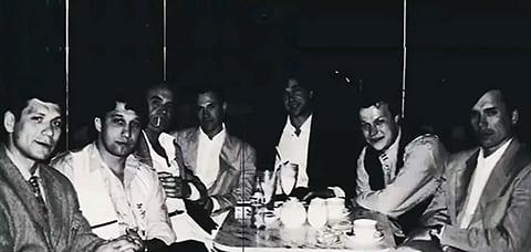Слева направо: авторитет Курганской ОПГ Олег Нелюбин, Анатолий Гусев, четвертый - Андрей Колигов, Александр, Юрий Шефлер, курганский лидер Виталий Игнатов