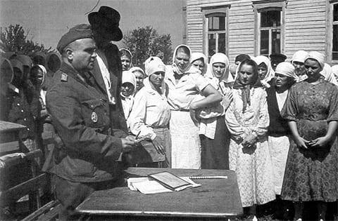 Регистрация населения оккупированной украинской деревни представителями Вермахта летом 1942 года во время Великой Отечественной войны