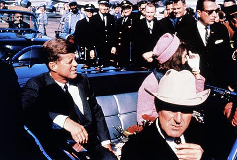 Джон и Жаклин Кеннеди с губернатором Техаса в машине незадолго до выстрела