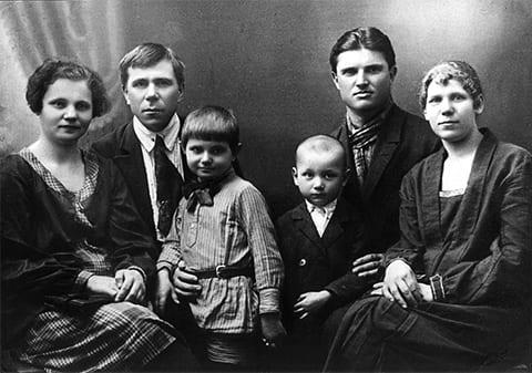 Второй справа: Порфирий Иванов в молодости