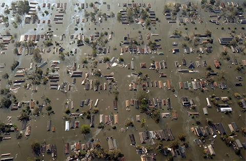 Вода окружила дома к востоку от центра Нового Орлеана 30 августа 2005 года, на следующий день после смертоносного удара урагана Катрина. (The Dallas Morning News / Smiley N. Pool)