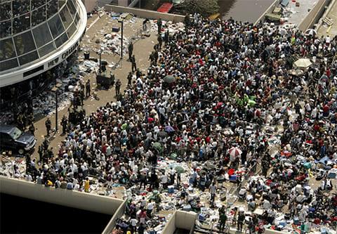 Тысячи людей, лишившихся дома после урагана Катрина, ждут прибытия автобусом для отправления в центры для пострадавших из стадиона «Superdome» 2 сентября 2005 года. (AFP/ Getty Images / Pool)