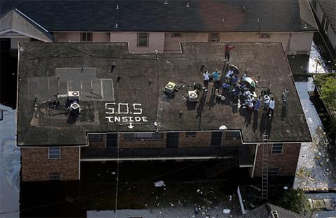 Жители ждут эвакуации на крыше здания в Новом Орлеане 31 августа 2005 года. (The Dallas Morning News / Smiley N. Pool)