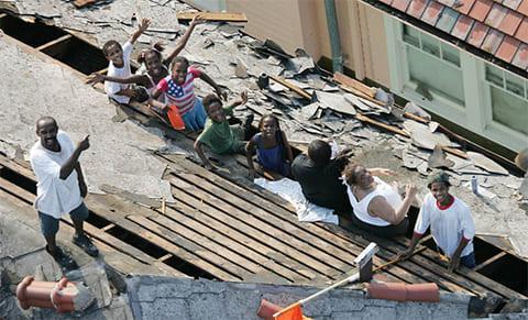 Жители Нового Орлеана ждут спасения от урагана Катрина 31 августа 2005 года. (AP / David J. Phillip)