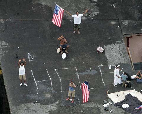 Жители ждут спасателей на крыше дома в Новом Орлеане 1 сентября 2005 года. (AP / David J. Phillip)