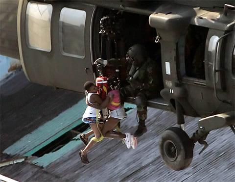 Вертолет эвакуирует жителей Нового Орлеана 31 августа 2005 года. (AP / David J. Phillip)