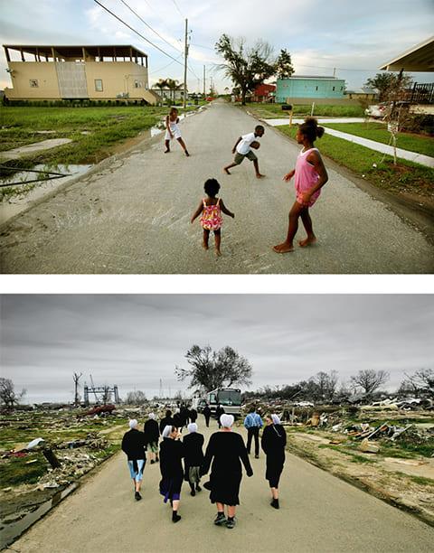 Вверху: юные жители района Лоуэр Найнс Уорд играют в футбол на улице 20 августа 2010 года. Благотворительная организация «Make it Right Foundation» строит дома для семей, потерявших жилье после урагана Катрина. Внизу: группа амишских студентов-волонтеров осматривает район, пострадавший от урагана Катрина 24 февраля 2006 года. (Getty Images / Mario Tama)