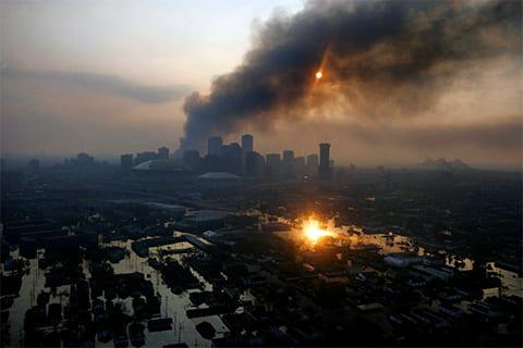 Новый Орлеан на рассвете 3 сентября 2005 года. В некоторых районах города продолжаются пожары, и стоит вода. (New York Times / Vincent Laforet)