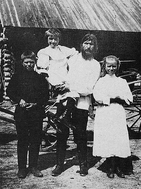 Матрена на руках у отца Григория Распутина