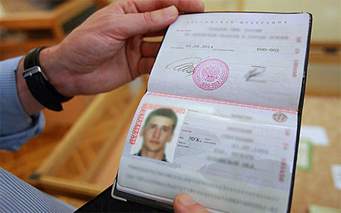 Паспорта подделывают заменой фотографии