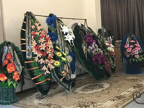 Венки от коллег, друзей, жителей Бурятии, присланные на похороны (фото: Светлана Буракова)