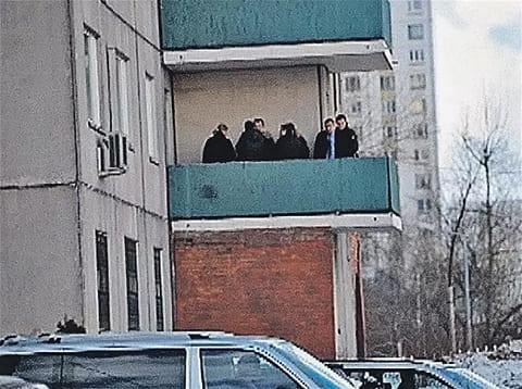 Сотрудники полиции на балконе квартирыгде нашли тело Андрея Панина (фото: Сергей Шахиджанян)