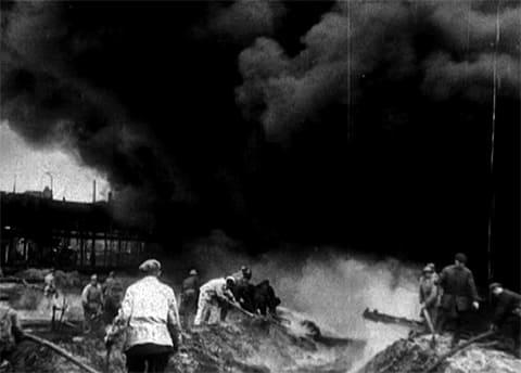 Люди пытаются тушить пожар на Бадаевских складах