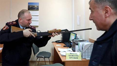 Осмотр и проверка исправности охотничьего оружия в отделе лицензионно-разрешительной работы Федеральной службы войск национальной гвардии РФ