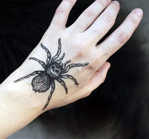 Татуировка тарантул на кисти