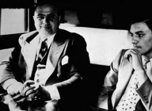 Аль Капоне (слева) по дороге в тюрьму в 1931 году