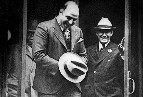 Аль Капоне, скрывающий наручники под своей шляпой, покидает суд Атланты после рассмотрения его ходатайства об освобождении, ноябрь 1932 года