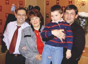 Антон Сапсай с родителями и сыном
