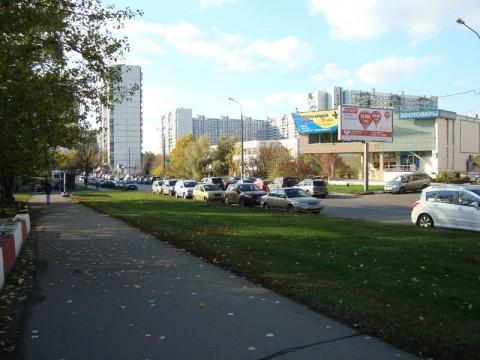 Улица Маршала Захарова. В здании «Зоотовары» располагался ранее магазин «Абитарэ», около которого расстреляли Ветошкина и покушались на Мардояна. Где-то здесь недалеко расстреляли Александра Кузнецова по кличке «Торпеда-старший».