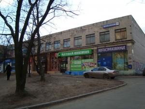 В начале 1990-х в этом здании находилось место сбора «ореховских» — ресторан «Дачный».