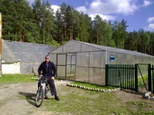 Андрей раскатывает на велосипеде по территории колонии.