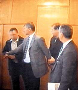 Полковника Евгения Тараторина (второй слева) берут в кабинете начальника МУРа.