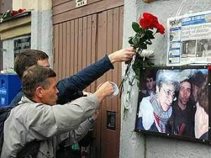 Возложение цветов на месте убийства Анны Политковской