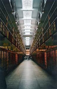 Тюрьма Алькатрас была в свое время легендой американской пенитенциарной системы: сюда сажали наиболее опасных преступников или тех, кому удавалось бежать из других тюрем.