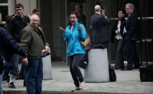 Морин Джоэли, жена Томаса Джоэли перед зданием суда.