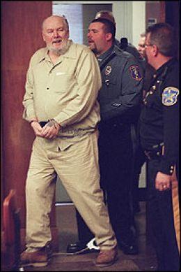 Ричард Куклинский под конвоем в здании суда
