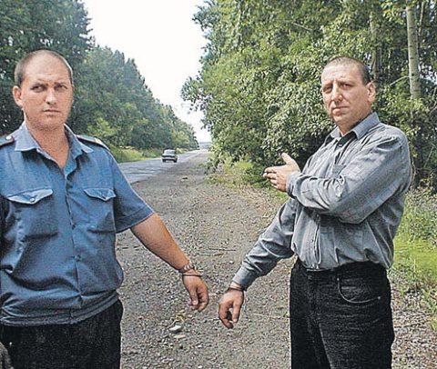 Участковый Игорь Гарайчук (справа) показывает, где из-за него убили двух человек